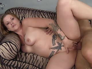 Horseshit about the curvy tattooed milf makes the brush moan equivalent to a floozy